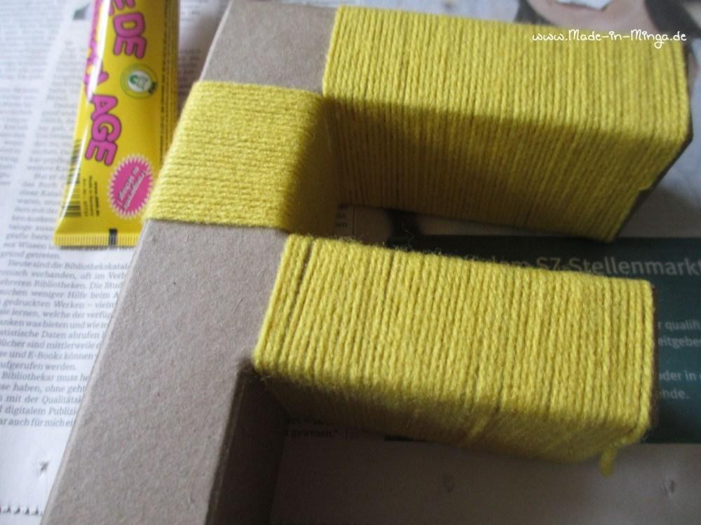 Zur Osterdekoration umwickele ich zwei Buchstaben sauber mit Wolle