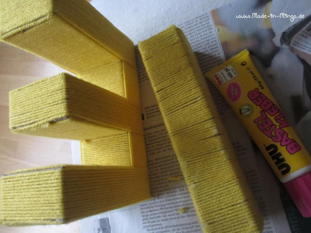 Alle Stellen des Pappbuchstaben werden mit Wolle umwickelt