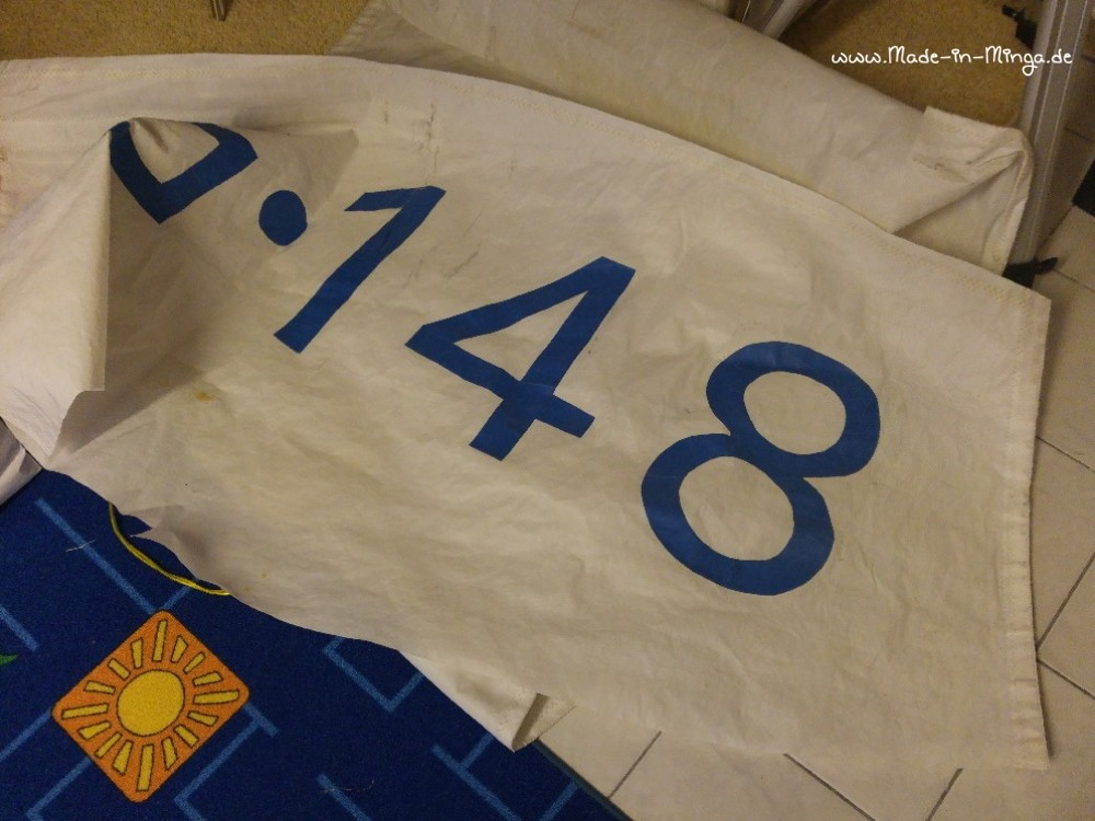 aus altem Segel das passende Stück für die Tasche aussuchen - made-in-minga.de