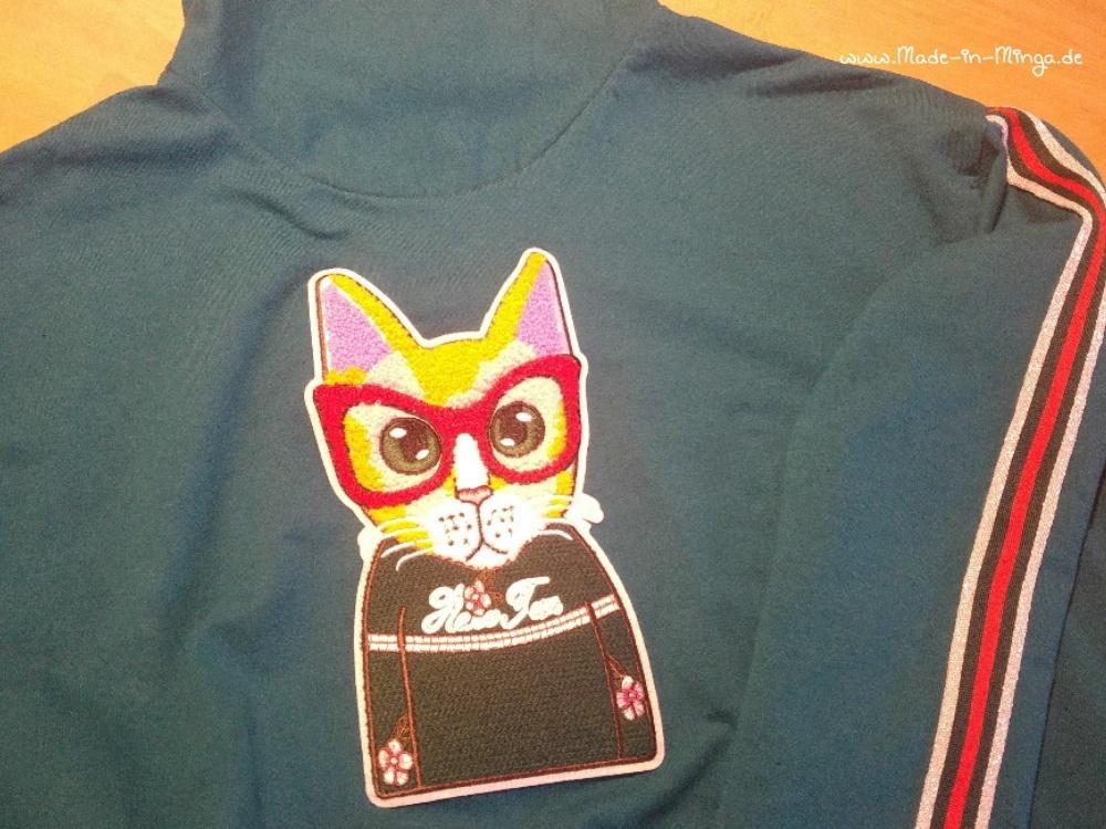 Aufnäher Katze auf dem Pullover