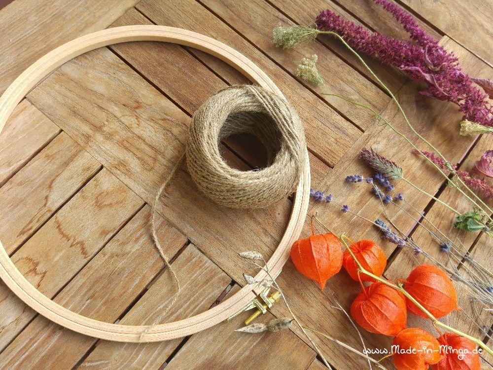 Stickrahmen als Herbstkranz mit Kordel und Trockenblumen