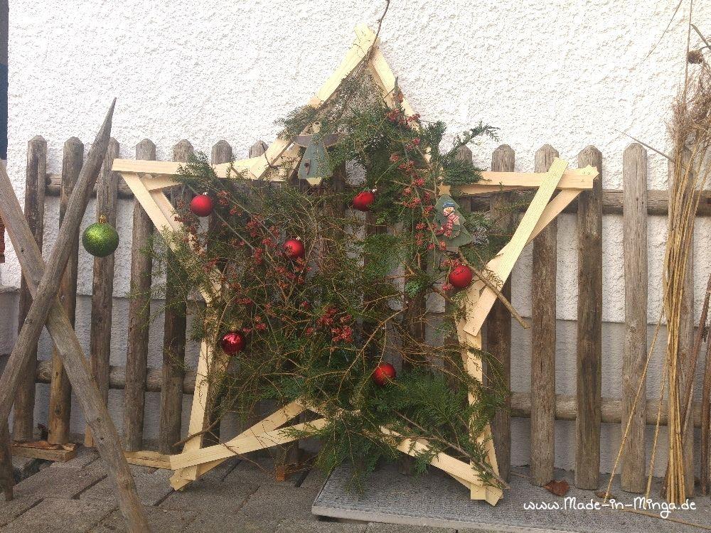Weihnachtskugeln und eine Lichterkette für die weihnachtliche Deko draussen