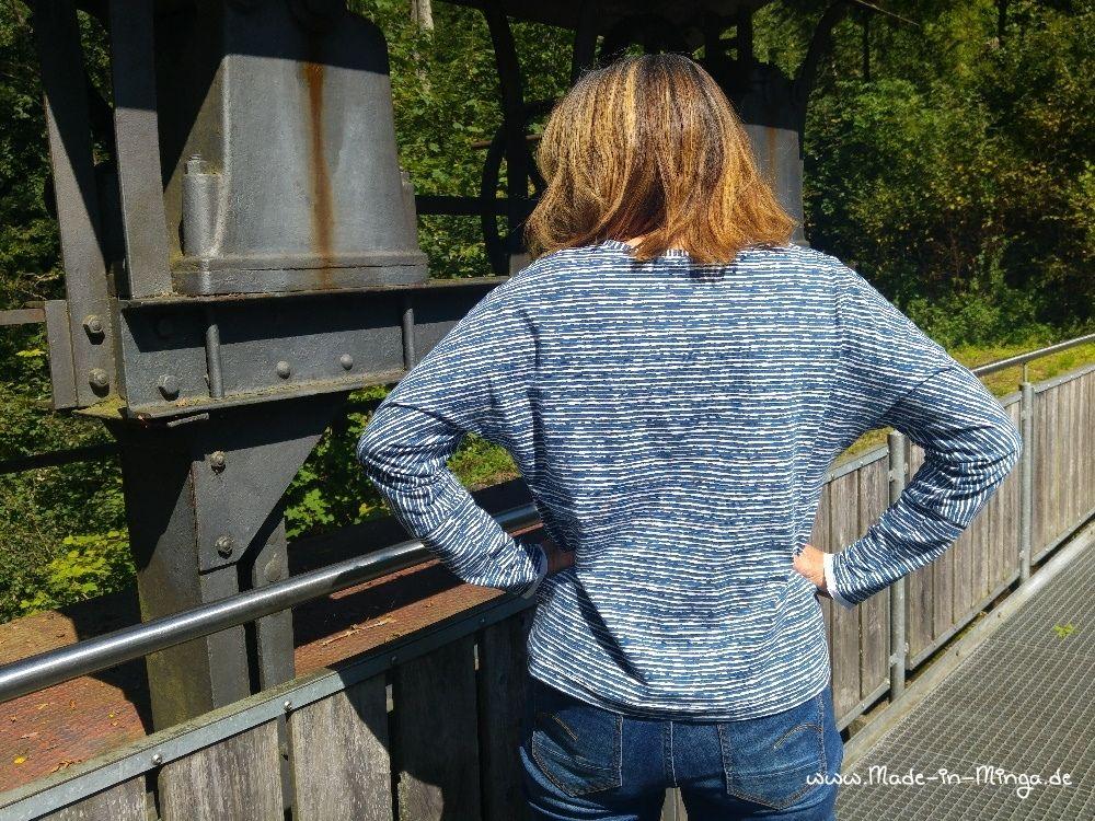 Feldermaus-Shirt Rückansicht mit weiten Ärmeln